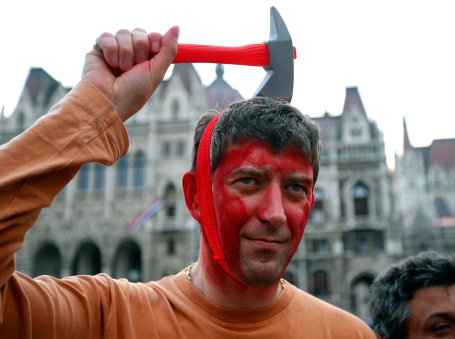 Բուդապեշտում բողոքի ակցիայի մասնակիցը